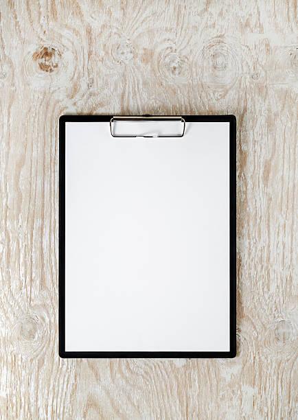 klemmbrett mit weißen papier - einfache holzprojekte stock-fotos und bilder