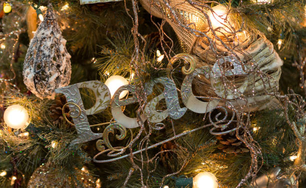 Clitter-Peace-Zeichen im Weihnachtsbaum – Foto