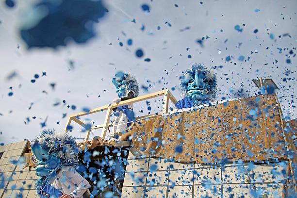 verprügelt von konfetti - fasnacht stock-fotos und bilder