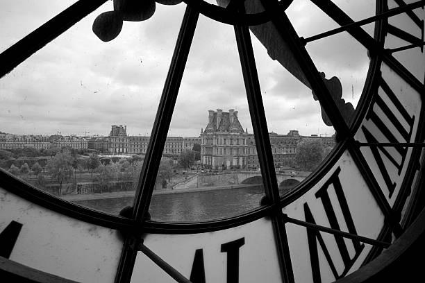 Uhr im Musée d'Orsay und Louvre in Paris – Foto