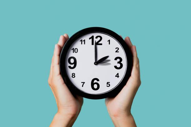 zegar jest regulowany do tyłu lub do przodu - czas zdjęcia i obrazy z banku zdjęć