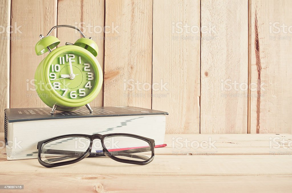 Uhr, eyeglasses und Wörterbuch auf Holztisch – Foto