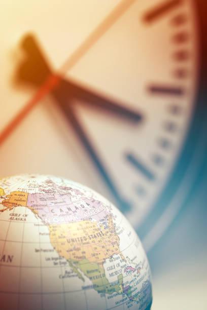 Ziffernblatt und ein Globus – Foto