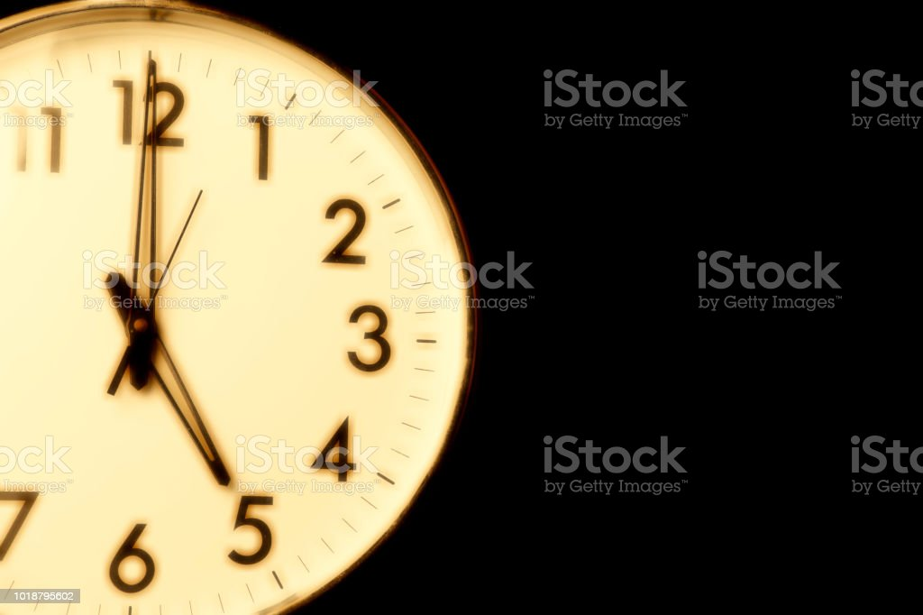 Clock face with the time 5 o'clock