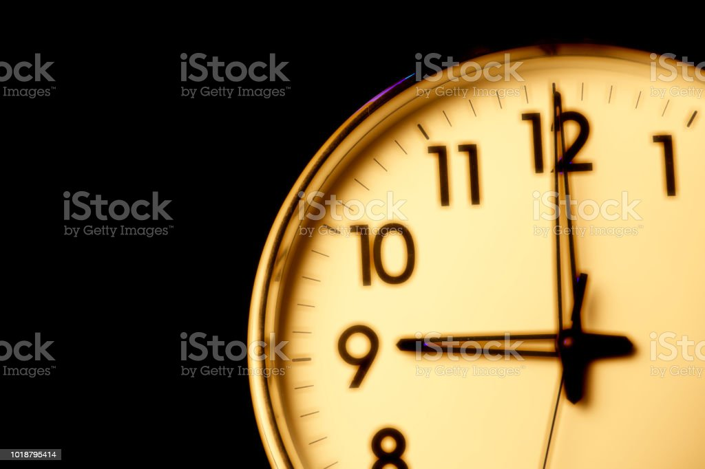 Clock face with the time 9 o\'clock