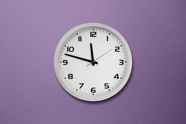 reloj de pared purple - wall clock fotografías e imágenes de stock