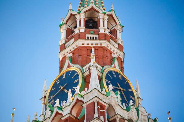 klok op de toren spasskaya in moskow, rusland - klokkentoren met luidende klokken stockfoto's en -beelden