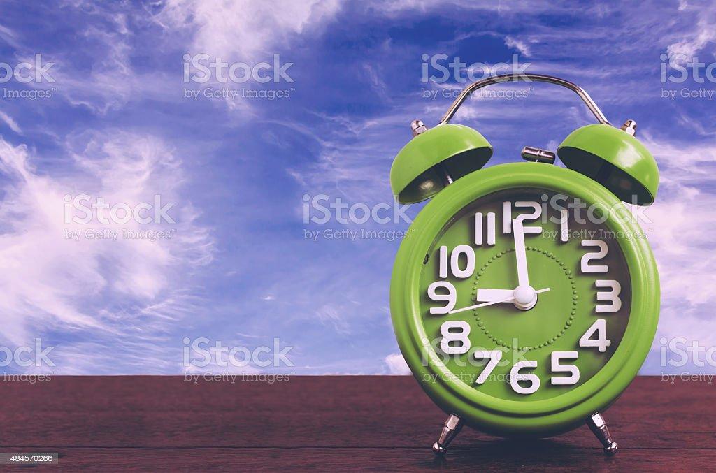 Clock auf Holzfußboden und blauer Himmel Hintergrund, Vintage-Stil – Foto
