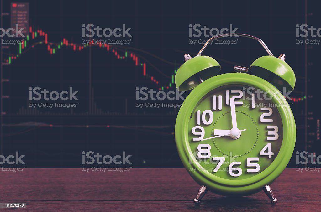 Clock auf Holzfußboden Hintergrund mit Stock grafik – Foto