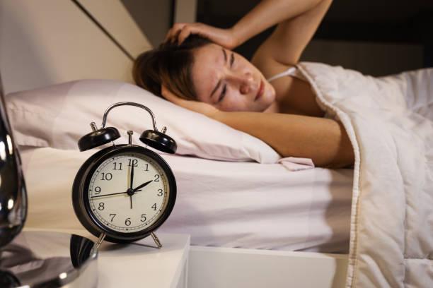 Uhr zeigen, 02:00 und Frau schlaflos im Bett – Foto