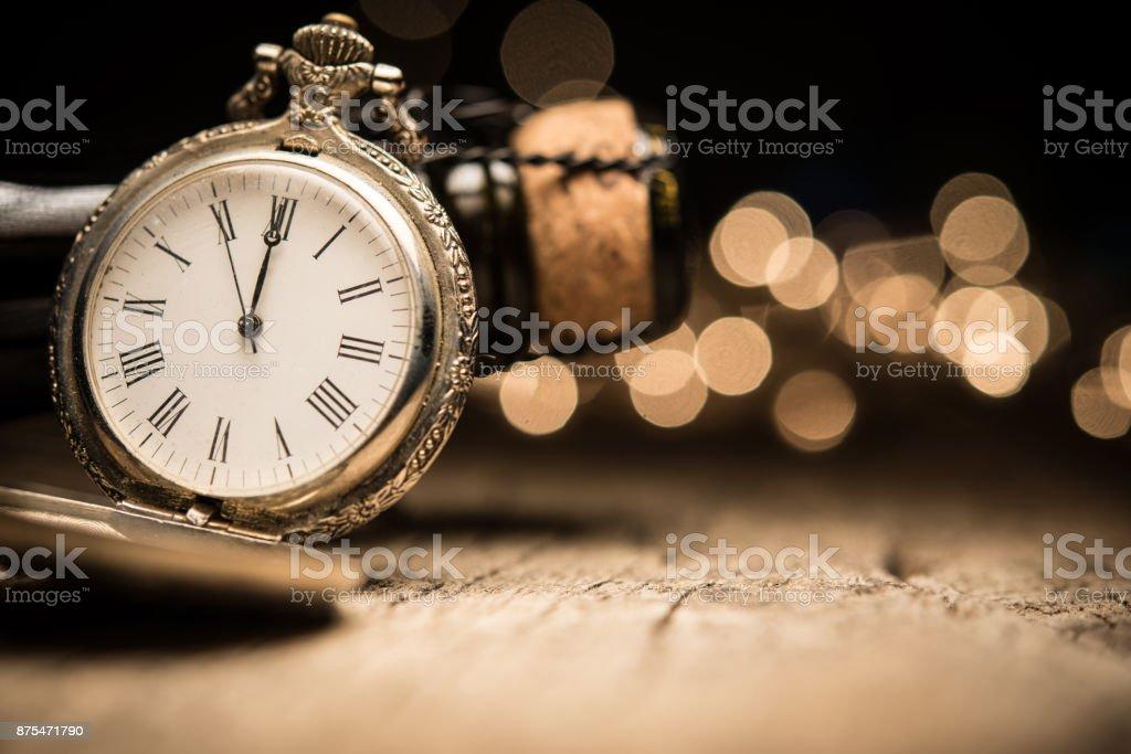 Uhr zeigt Mitternacht auf Bokeh Backround mit Platz für text – Foto