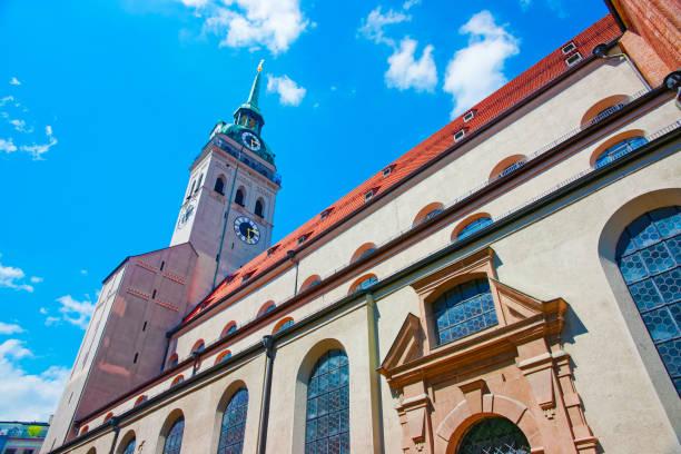 uhr turm von st. peter church in münchen - münchen weather stock-fotos und bilder