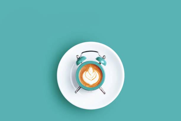 klocka med ratten av kaffe på turkos bakgrund. - ta en paus bildbanksfoton och bilder