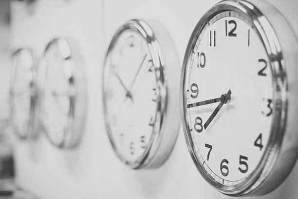 relojes colgar en la pared blanca - wall clock fotografías e imágenes de stock