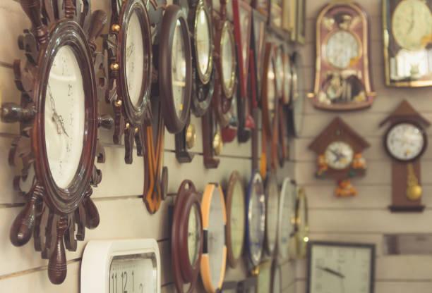 uhren an wand im shop - uhrenshop stock-fotos und bilder