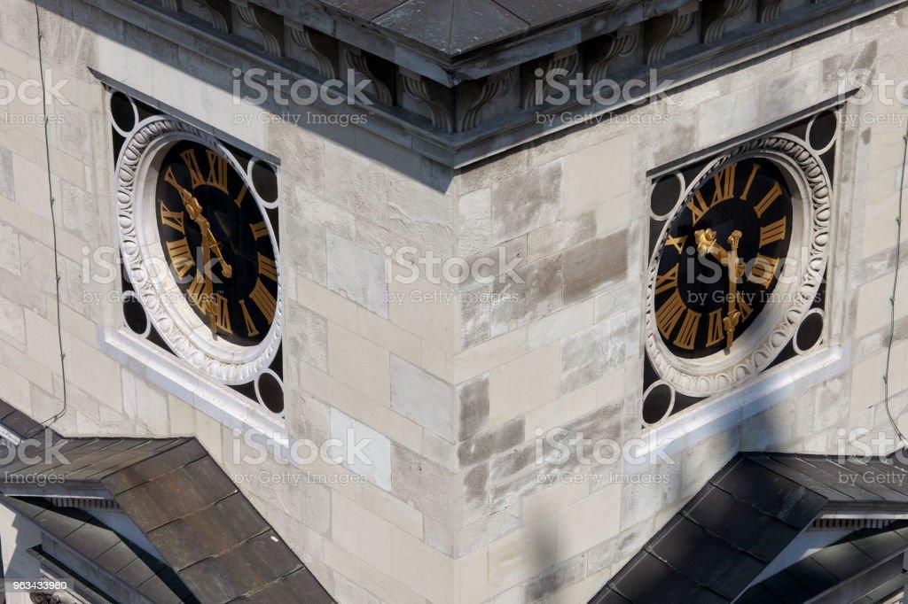 Horloges sur St Stephen basilique tour à Budapest - Photo de Architecture libre de droits