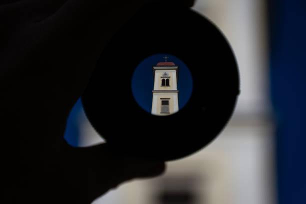 Glockenturm einer Kirche, die durch eine Linse geschossen – Foto