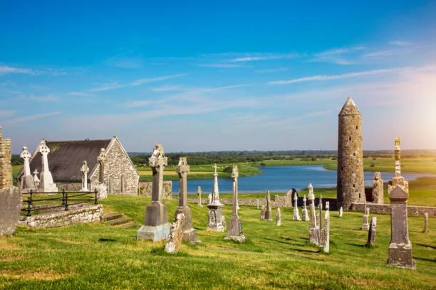 Clonmacnoise Kathedrale mit den typischen kreuzt und Gräber – Foto