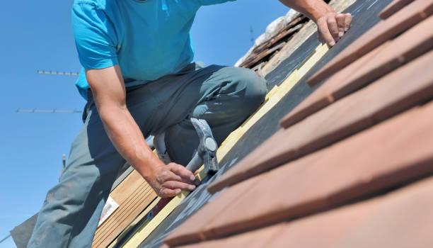 cerca de un trabajador sosteniendo un martillo y renoving un techo de una casa - foto de stock