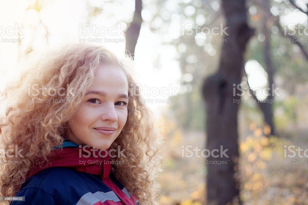 Fermer portrait gai jeune femme Cheveux bouclés souriant à l'extérieur - Photo