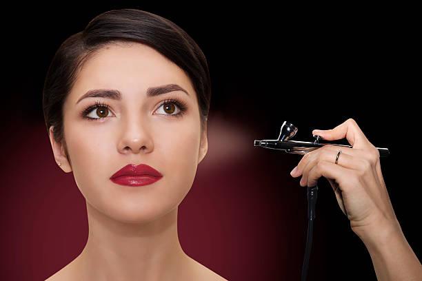 schließen porträt einer schönen frau mit make-up mit airbrush). - airbrush make up stock-fotos und bilder