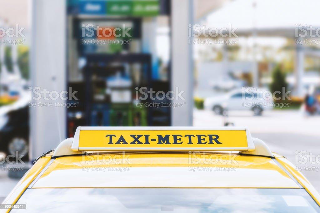 nära taxi bil med mjuk fokus och över ljuset i bakgrunden - Royaltyfri Bil Bildbanksbilder