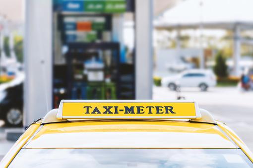 Nära Taxi Bil Med Mjuk Fokus Och Över Ljuset I Bakgrunden-foton och fler bilder på Bil