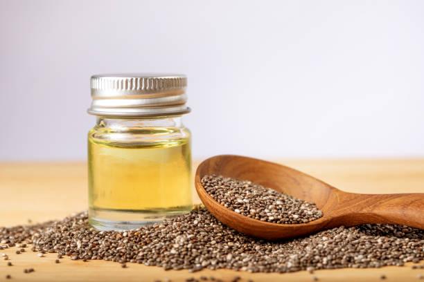 Nahaufnahme einer Chia ätherisches Öl und Samen in hölzernen Löffel, ein Superfood und reich an Nährstoffen ein Antioxidans – Foto