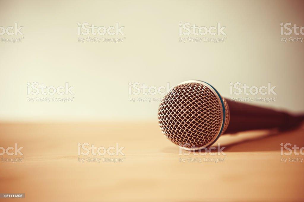 Tablo, seminer sınıf odada konuşmak için hoparlör ya da öğretmen hazırlık kavramı üzerinde bir mikrofon kapatın - Royalty-free ABD Stok görsel