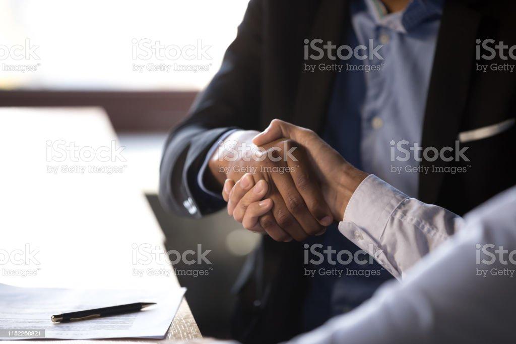 Close-up Afrikaanse zakenman schudden handen met client - Royalty-free Afrikaanse etniciteit Stockfoto