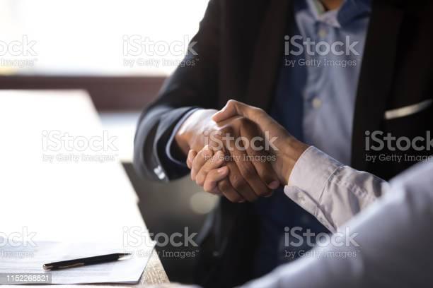 Closeup Afrikaanse Zakenman Schudden Handen Met Client Stockfoto en meer beelden van Afrikaanse etniciteit