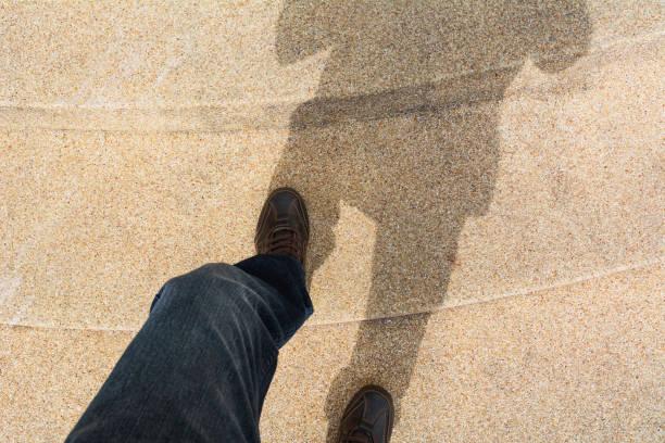 Nahaufnahme und Top-Ansicht von Mann Schuhe zu Fuß. – Foto