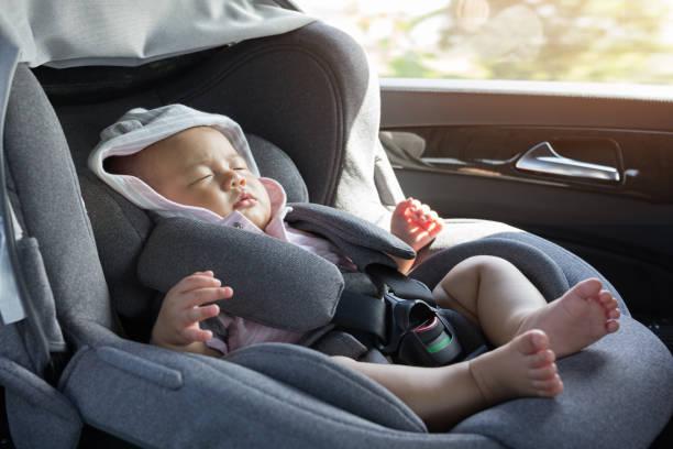 bouchent asiatique mignon bébé nouveau-né dormant dans le siège-auto moderne. - child car sleep photos et images de collection