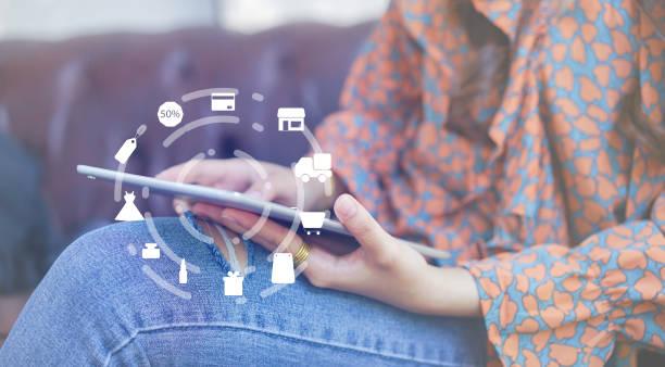 asiatische frau, mit mobilen tablet für die auswahl der artikel oder geschenk gegen browser website internet und online-banking zu hause mit virtuellen schnittstelle des einkaufens lebensstil technologiekonzept hautnah - dresses online shop stock-fotos und bilder