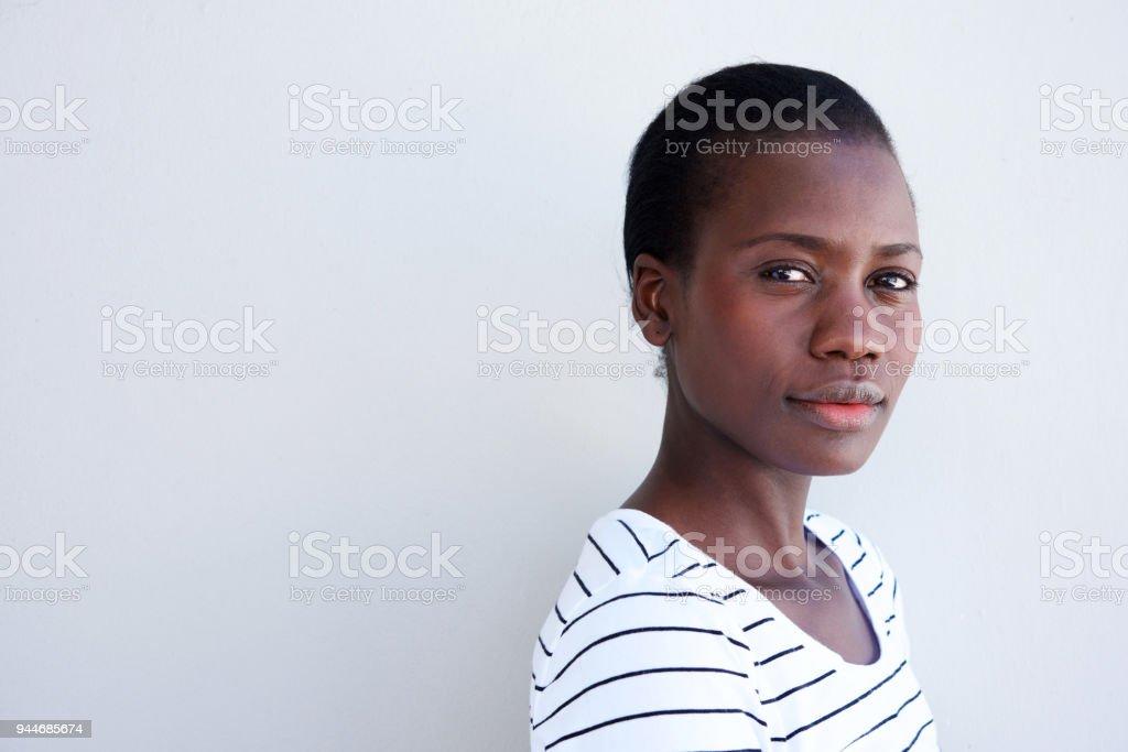 Bouchent la belle jeune femme noire avec une expression sérieuse - Photo