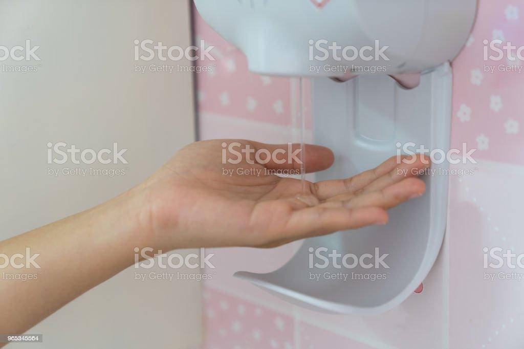 자동 손 소독 제를 닫습니다. - 로열티 프리 건강관리와 의술 스톡 사진