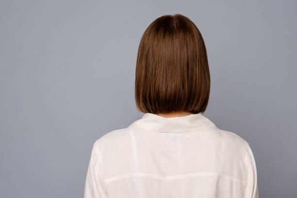 後ろ後方にクローズアップビュー写真美しい素晴らしい彼女の女性は話したくない話をしたくない話を言うひどいひどい状況はカジュアルな白いシャツを着て灰色の背景を着用 - 女性後ろ姿 ストックフォトと画像