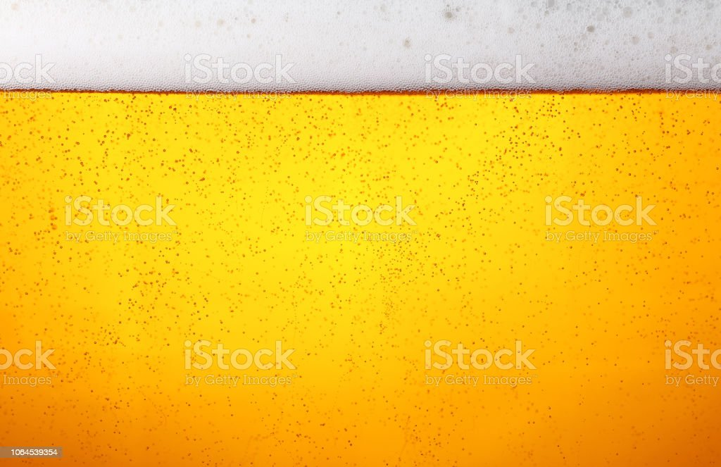 Close up background of beer with bubbles in glass - Стоковые фото Алкоголь - напиток роялти-фри