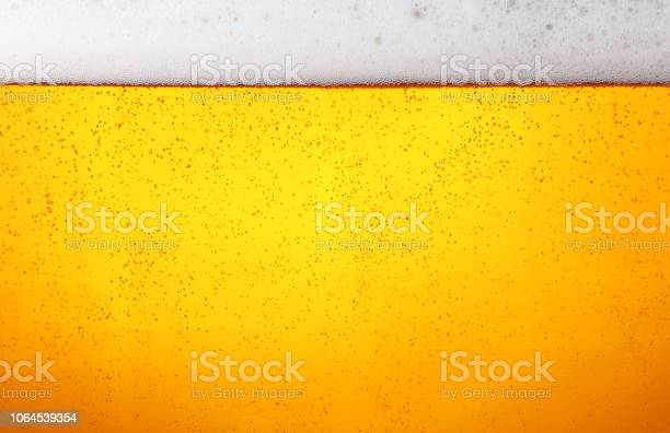 Close Up Background Of Beer With Bubbles In Glass — стоковые фотографии и другие картинки Алкоголь - напиток