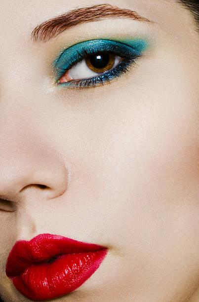 clos'up schönheit porträt von jungen frau - blaues augen make up stock-fotos und bilder