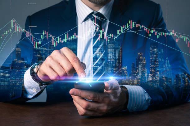 Nahaufnahme Business-Mann Handhalten und Drücken Smartphone offene virtuelle Börse zeigen Doppelbelichtung mit Innenstadt Gebäude Nachtzeit Geschäft und Strategie-Ideen-Konzept – Foto