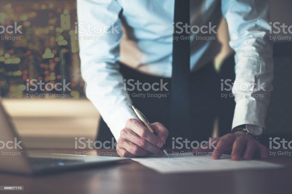 Close-up de assinar o contrato de homem de negócios - foto de acervo