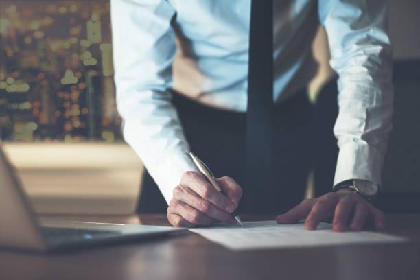 gros plan d'homme d'affaires signature d'un contrat - droit des affaires photos et images de collection