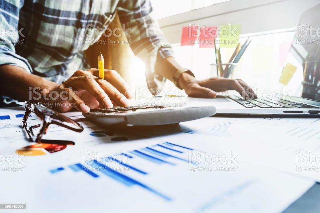 Geschäftsmann mit Rechner und Laptop-Computer für die Berechnung mit Finanzen Papier, Steuern, Buchhaltung, Buchhalter Konzept hautnah. – Foto