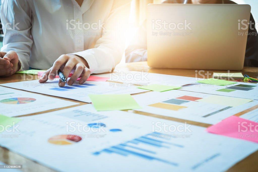 Das Business-Team diskutiert während eines Treffens im Amt den neuen Businessplan. Marketing und Finanzkonzept. – Foto