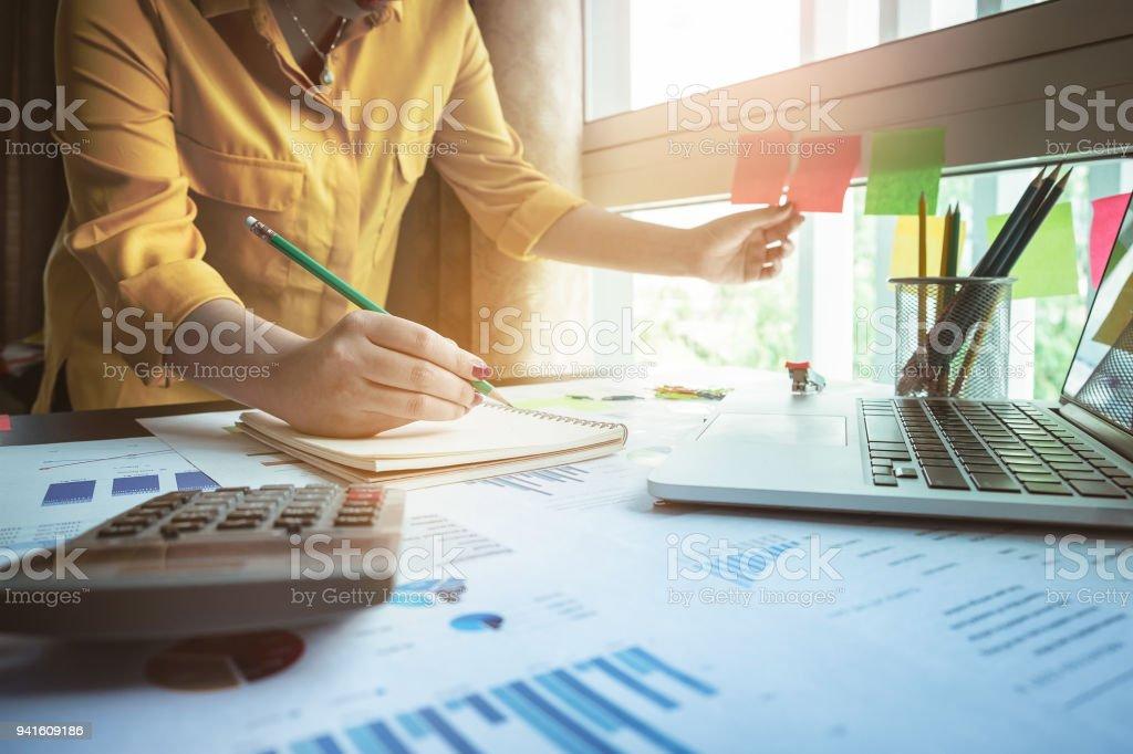 Business Frau Hand mit Bleistift hautnah und fassen sie mit finanziellen Unterlagen bei der Post. – Foto