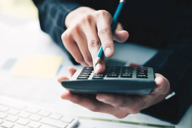 Business-Frau mit Taschenrechner und tun Mathe Finance am Arbeitsplatz im Büro und Geschäft arbeiten Hintergrund, Steuern, Buchhaltung, Statistiken und analytische Forschungskonzept hautnah – Foto