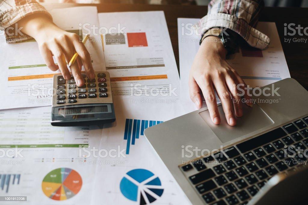 Nahaufnahme Geschäftsfrau mit Rechner und Laptop für tun Mathe Finanzen auf hölzernen Schreibtisch im Büro und Geschäft arbeiten Hintergrund, Steuern, Buchhaltung, Statistiken und analytische Forschungskonzept – Foto
