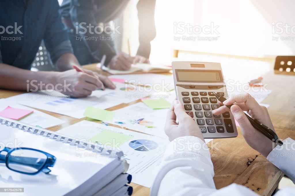 Business-Frau mit Rechner tun Mathe Finanzminister auf hölzernen Schreibtisch im Büro und Geschäft arbeiten Hintergrund, Steuern, Buchhaltung, Statistiken und analytische Forschungskonzept hautnah – Foto