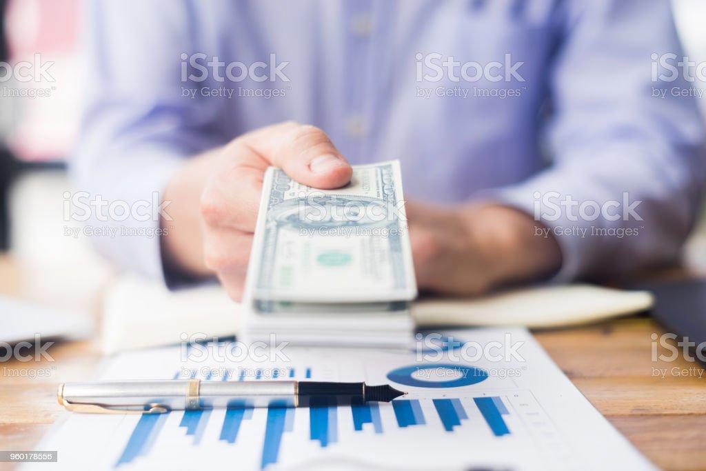 Nahaufnahme der Geschäftsmann Geldspenden in Büro, Business-Konzept – Foto